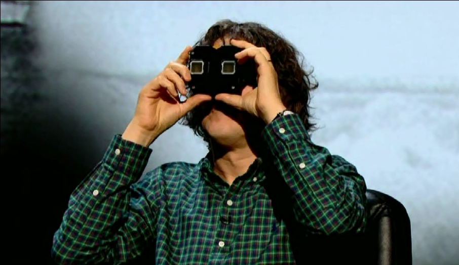 Alan Davies looks through one of Stevyn Colgan's many Viewmasters